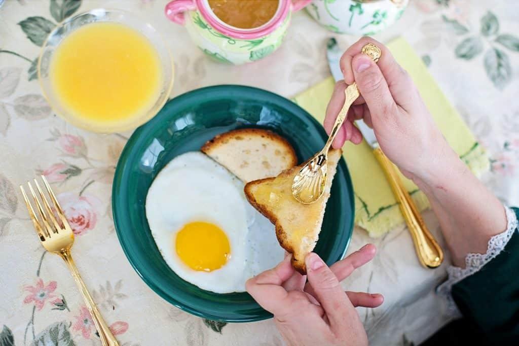 Toast oeufs et miel